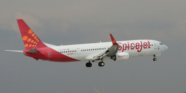 An aircraft of Indian airline Spicejet lands at Indira Gandhi International Airport in New Delhi on September 8, 2012.   AFP PHOTO/RAVEENDRAN        (Photo credit should read RAVEENDRAN/AFP/GettyImages)