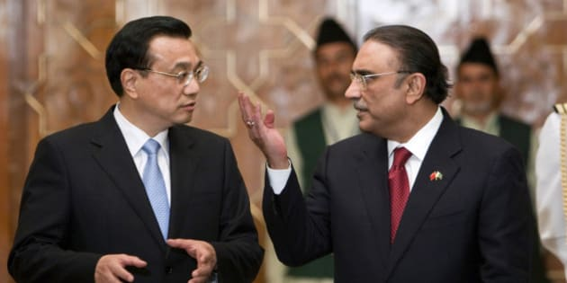 Visiting Chinese Premier Li Keqiang, left, speaks with Pakistani President Asif Ali Zardari, right, at a ceremony in Islamabad, Pakistan on Wednesday, May 22, 2013. China's premier began a two-day visit to Pakistan by praising the relationship between the two Asian powers in glowing terms.  (AP Photo/Anjum Naveed)