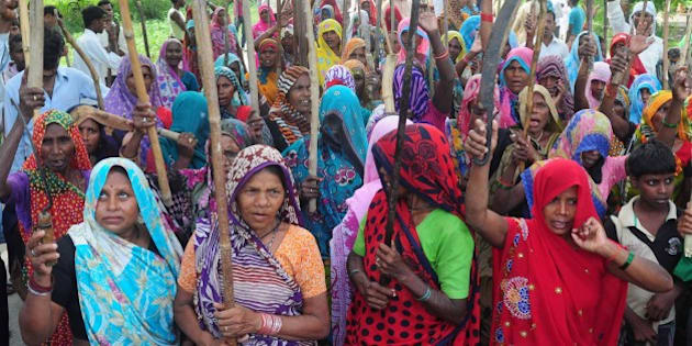 ALLAHABAD, INDIA - 2014/09/07: Villagers block the  'Allahabad-Mirzapur State Highway' during a protest against the land acquisition by the NTPC power project  at Kachari village at Allahabad. (Photo by Prabhat Kumar Verma/Pacific Press/LightRocket via Getty Images)