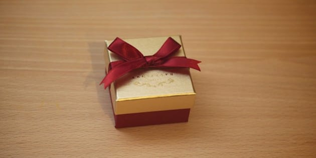 奥サマへのクリスマスプレゼント。  物欲のカタマリな私と違って、修行僧のように物欲と無縁な奥サマが 珍しく欲しがったので、指輪を購入。
