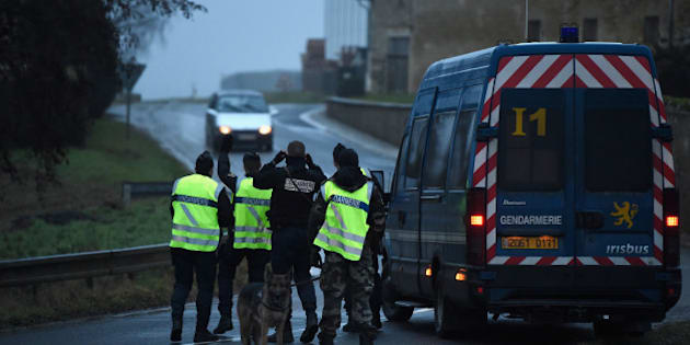 LONGPONT, FRANCE - JANUARY 09:  Police officers stop a car at a check point on January 9, 2015 outside Longpont, France. A huge manhunt for the two suspected gunmen in Wednesday's deadly attack on Charlie Hebdo magazine has entered its third day.  (Photo by Pascal Le Segretain/Getty Images)