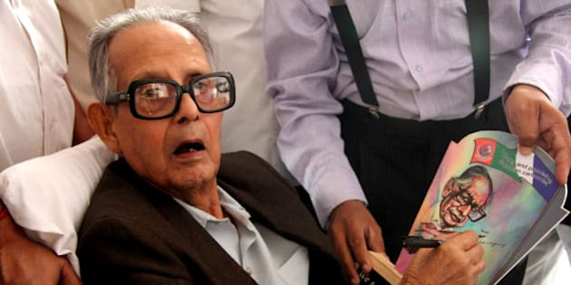 THANE, INDIA - SEPTEMBER 28: Renowned Indian cartoonist RK Laxman during the launch of book compilations of Hindustan Times cartoonist Shreyas Navare at Singhania School on September 28, 2013 in Thane, India. (Photo by Praful Gangurde/Hindustan Times via Getty Images)