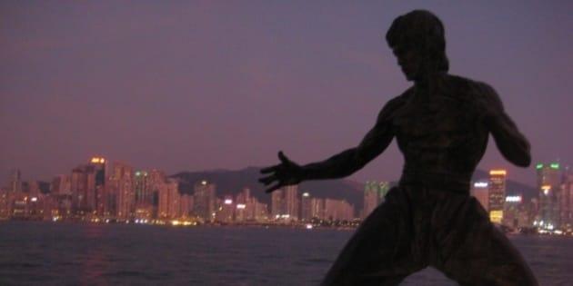 La silueta de Bruce Lee en el Paseo de la Fama en Tsim Sha Tsui, con la isla de Hong Kong al fondo.