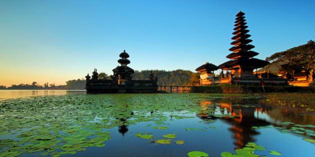 Morning at Pura Ulun Danu in Beratan lake, Bali