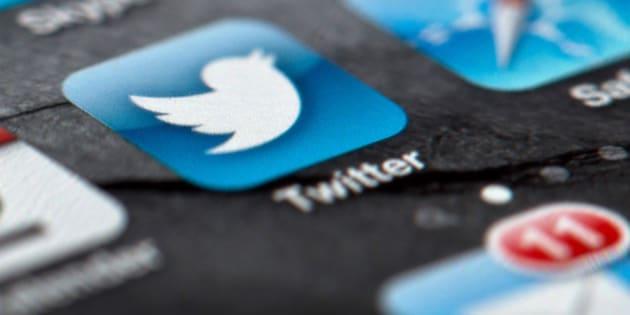 ARCHIVO - En esta foto del 2 de febrero de 2013, se observa el logo de Twitter en la pantalla de un smartphone en Berlin, Alemania.El debut en el mercado bursátil de Twitter es el más esperado desde la salida de Facebook, y las principales bolsas de Wall Street luchan por ser los anfitriones de la red social de micromensajes. (AP Foto/dpa, Soeren Stache, Archivo)