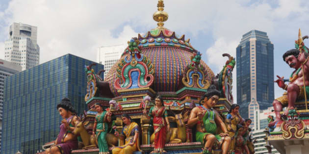 Sri Mariamman Hindu temple and Singapore skyline