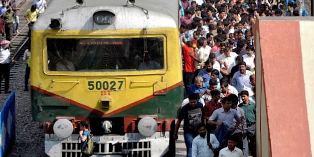 KOLKATA, WEST BENGAL, INDIA - 2015/02/26: An over crowded train station in Bidhannagar Station were people falling in line to get in the train. The Railway Minister Suresh Prabhu presented the Railway Budget 2015-2016 in the Lok Sabha. (Photo by Bhaskar Mallick/Pacific Press/LightRocket via Getty Images)