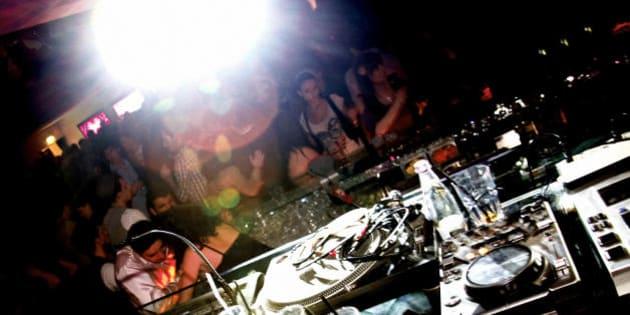 Filmata mentre fa sesso nel bagno di una discoteca a Torino. \