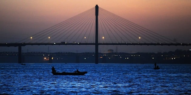 Indian boatman make their way at Sangam, the confluence of the rivers Ganges, Yamuna and the mythical Saraswati in Allahabad on March 10, 2015.  AFP PHOTO / SANJAY KANOJIA        (Photo credit should read Sanjay Kanojia/AFP/Getty Images)