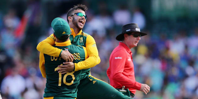 South Africa's JP Duminy, right, is congratulated by teammate Francois Du Plessis after taking the wicket of Sri Lanka's Angelo Mathews during their Cricket World Cup quarterfinal match in Sydney, Australia, Wednesday, March 18, 2015.(AP Photo/Rob Griffith)