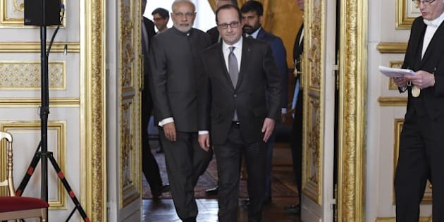 French President Francois Hollande (C) and Indian Prime Minister Narendra (L) Modi arrive for the Indo-French Economic Forum at the Elysee palace on April 10, 2015, in Paris. India's prime minister on April 10 kicked off talks in Paris with the French president with all eyes on a potential multi-billion-euro fighter jet deal hailed as the 'contract of the century.'   AFP PHOTO / POOL / ALAIN JOCARD        (Photo credit should read ALAIN JOCARD/AFP/Getty Images)