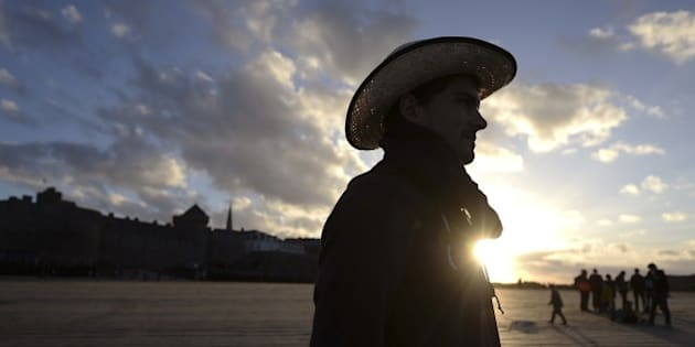 A tourist is pictured on November 1, 2014 on the beach of the Brittany city of Saint-Malo, western France. AFP PHOTO / JEAN-SEBASTIEN EVRARD        (Photo credit should read JEAN-SEBASTIEN EVRARD/AFP/Getty Images)