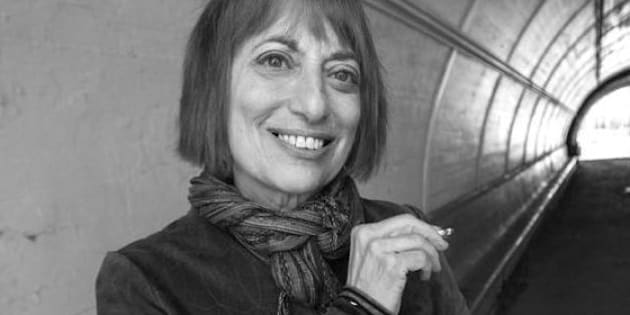 """Catherine Hiller fuma marijuana da 50 anni. La sua storia nel libro """"Just say yes"""": """"Fumare erba può essere la normalità"""" (TWEET)"""