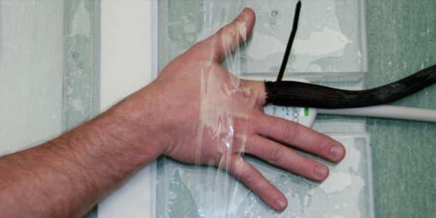 カナダのアルバータ大学ピーター・S・アレンMRリサーチセンターでの、拳を鳴らす実験のクローズアップ写真。