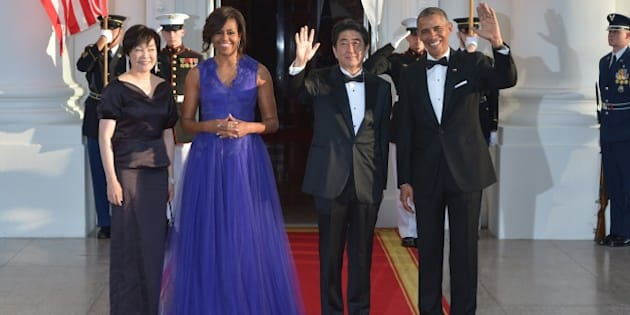 US President Barack Obama (R) and First Lady Michelle Obama (2nd-L) greet Japan's Prime Minister Shinzo Abe (2nd-R) and his wife Akie Abe (L) upon arrival at the North Portico of the White House on April 28, 2015 in Washington, DC. AFP PHOTO / MANDEL NGAN        (Photo credit should read MANDEL NGAN/AFP/Getty Images)