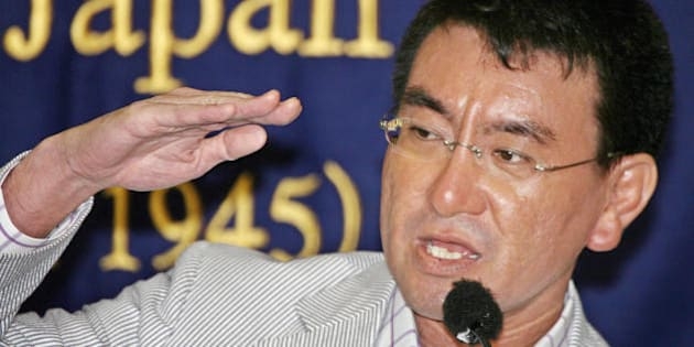 Tokyo, JAPAN:  Japanese Senior Vice Minister of Justice Taro Kono speaks to foreign journalists in Tokyo, 31 July 2006.  Kono, showing a willingness to run in the Liberal Democratic Party (LDP) presidential election, criticized Prime Minister Junichiro Koizumi's visits to Tokyo's controversial Yasukuni Shrine.  AFP PHOTO/YOSHIKAZU TSUNO  (Photo credit should read YOSHIKAZU TSUNO/AFP/Getty Images)
