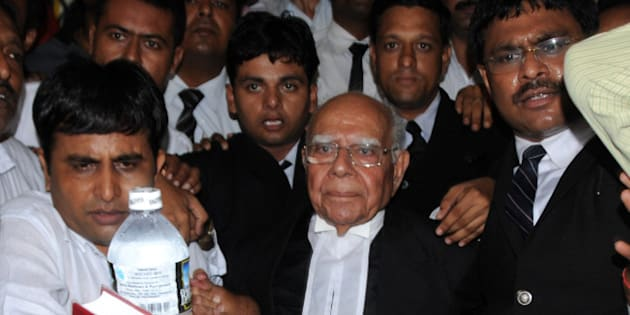 Indian lawyer Ram Jethmalani (C) leaves the special Central Bureau of Investigation (CBI) court in Ahmedabad on August 2, 2010. Jethmalani and his son Mahesh Jethmalani are representing former Gujarat state Home Minister Amit Shah in the case of an alleged faked police encounter that lead to the death of Sohrabuddin Sheikh.  AFP PHOTO/ Sam PANTHAKY (Photo credit should read SAM PANTHAKY/AFP/Getty Images)