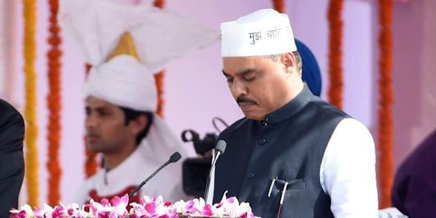 Delhi's Lieutenant Governor Najib Jung (L) adminsters the oath to Aam Aadmi Party (AAP) leader Jitender Singh Tomar during the Delhi state swearing-in ceremony in New Delhi on February 14, 2015.  AAP president Arvind Kejriwal promised to make Delhi India's first corruption-free state and end what he called its 'VIP culture' as he was sworn in as chief minister before a huge crowd of cheering supporters.   AFP PHOTO / PRAKASH SINGH        (Photo credit should read PRAKASH SINGH/AFP/Getty Images)