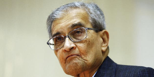 Indian Nobel Laureate in Economics Amartya Sen delivers a lecture at Delhi University in New Delhi, 18 December 2007.  Sen spoke on Inequality and Public Services in the university lecture series.     AFP PHOTO/ Manpreet ROMANA (Photo credit should read MANPREET ROMANA/AFP/Getty Images)