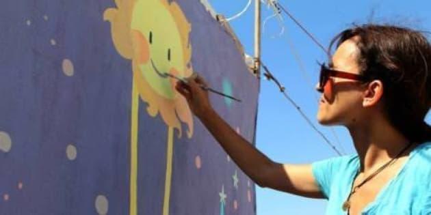 Nei campi di rifugiati siriani l'artista Diala Brisly trasforma muri e tende in opere d'arte (FOTO)