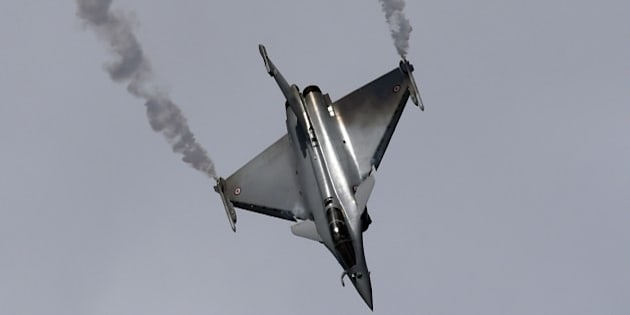 The Dassault Rafale fighter jet performs its flying display on the first public day at the International Paris Airshow at Le Bourget on June 19, 2015. AFP PHOTO / MIGUEL MEDINA        (Photo credit should read MIGUEL MEDINA/AFP/Getty Images)