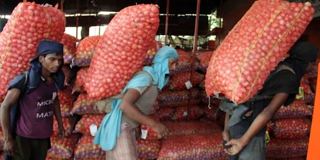 ALLAHABAD, INDIA - 2015/08/07: 'Laborers unloading onion sacks at Mundra wholesale market in Allahabad on Friday. (Photo by Amar Deep/Pacific Press/LightRocket via Getty Images)