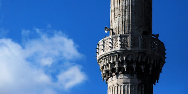 riprendo a pubblicare le foto della Turchia, ero solo al 2° giorno...  nella foto la Moschea Blu di Istanbul con uno dei suoi 6 minareti su cui non si affaccia più il muezzin, sostituito da un ottima e poco affascinante amplificazione