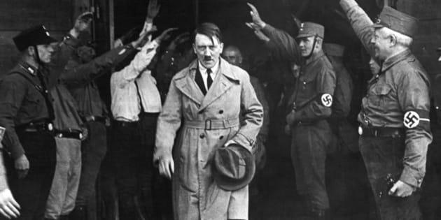 """Esta fotografía fue tomada el 5 de diciembre de 1931 a la salida de la sede del partido Nazi en Munich. Aquel día, Adolf Hitler ya afirmó que su partido gobernaría algún día Alemania.  <strong><a href=""""http://www.msnbc.msn.com/id/43519545/ns/world_news-hitler?q=Hitler"""" rel=""""nofollow"""">Fuente original</a></strong>"""