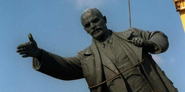 The statue of Russian Marxist revolutionary Vladimir Ilyich (Ulyanov) Lenin is dismantled 23 August 1991 in Vilnius, the capital of Lithuania as the government banned the Communist Party. Lithuania was annexed by the Soviet Union in 1940 and declared its independence in 1990.          (Photo credit should read WOJTEK DRUSZCZ/AFP/GettyImages)