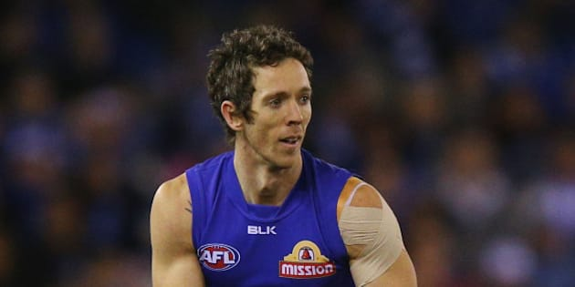 MELBOURNE, AUSTRALIA - AUGUST 29: Robert Murphy of the Bulldogs looks upfield during the round 22 AFL match between the North Melbourne Kangaroos and the Western Bulldogs at Etihad Stadium on August 29, 2015 in Melbourne, Australia.  (Photo by Michael Dodge/Getty Images)