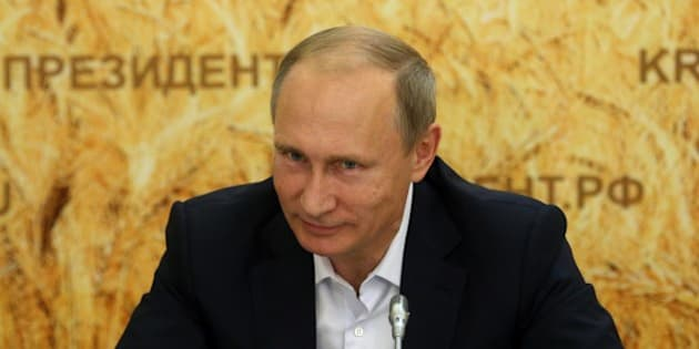 SEMIKARAKORSK, RUSSIA - SEPTEMBER 24: Russian President Vladimir Putin meets with farmers in a corn field September 24, 2015 in Semikarakorsk, Russia. Putin made a one-day trip to the Rostov region. (Photo by Sasha Mordovets/Getty Images)