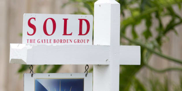 "In this July 22, 2015 photo, a ""sold"" sign is posted outside a Harbor Beach neighborhood home in Fort Lauderdale, Fla. Freddie Mac, the mortgage company, releases weekly mortgage rates on Thursday, Aug. 13, 2015. (AP Photo/Wilfredo Lee)"