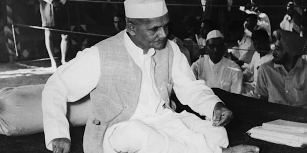Indian Prime Minister Lal Bahadur Shastri (1904 - 1966) celebrates his own and Mahatma Gandhi's birthday at Gandhi's samadhi, or cremation spot, in Delhi, 2nd October 1965. He is using a charkha or spinning wheel, popularised as a symbol of Indian independence by Gandhi. (Photo by Keystone/Hulton Archive/Getty Images)