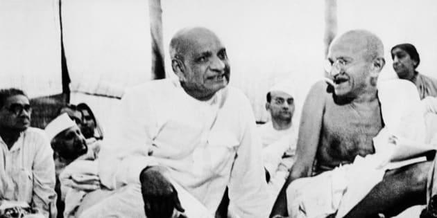 (GERMANY OUT) Gandhi, Mahatma *02.10.1869-30.01.1948+(Mohandas Karamchand Gandhi)Politiker, IndienFuehrer der indischen Unabhaengigkeitsbewegung- M.G. (r.) und Sardar Vallabhbhai Patel verfolgen die Debatte waehrend einer Kongress-Sitzung in Ramgarh (Photo by Rühe/ullstein bild via Getty Images)