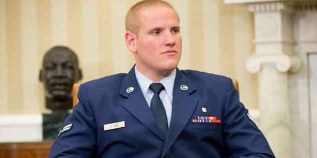 The injured hand of Air Force Airman 1st Class Spencer Stone can be seen as he and Oregon National Guardsman Alek Skarlatos and Anthony Sadler meet with President Barack Obama in the Oval Office of the White House in Washington, Thursday, Sept. 17, 2015, to honor them for heroically subduing a gunman on a passenger train in Paris last month. (AP Photo/Andrew Harnik)