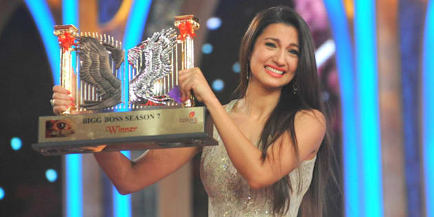 Indian model and actress Gauhar Khan poses with the Bigg Boss Season 7 reality television series trophy in Mumbai on December 28, 2013. AFP PHOTO/STR        (Photo credit should read STRDEL/AFP/Getty Images)