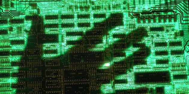 (GERMANY OUT) Symbol Datendiebstahl, Datenklau, Computerkriminalitaet, Phishing - Hand auf einer Computerplatine. (Photo by JOKER/Alexander Stein/ullstein bild via Getty Images)