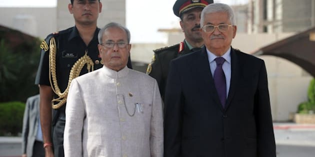 RAMALLAH, WEST BANK - OCTOBER 12: Palestinian President Mahmoud Abbas (R) and Indian President Pranab Mukherjee (L) review the honor guard upon Mukherjee's arrival at the West Bank city of Ramallah, on 12 October 2015. (Photo by Pool / Palestinian Presidency/Anadolu Agency/Getty Images)