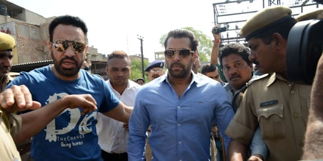 Indian Bollywood actor Salman Khan (C) walks with officials as he arrives for a court appearance in Jodhpur on April 29, 2015. AFP PHOTO/STR        (Photo credit should read STRDEL/AFP/Getty Images)