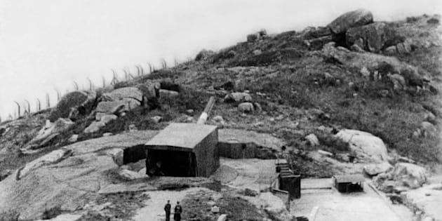 (GERMANY OUT) HongKong : World War II British anti-aircraft gun against Japan - 1941 - Vintage property of ullstein bild  (Photo by ullstein bild/ullstein bild via Getty Images)