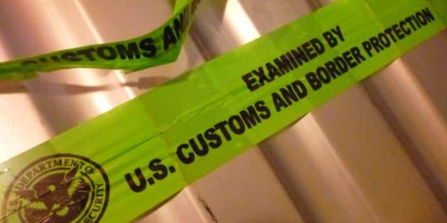 US Customs and Border Protection abriram minha mala. Tentaram arrombar o cadeado que eu comprei dentro das especificações da TSA (ou seja, que eles teriam a chave). Não conseguiram e aí arrombaram o zíper. A mala em si também ficou bem danificada. Foi a última viagem dela, infelizmente.