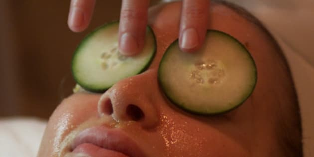 023687.SO.0128.beauty.5.AS Studio City,CA. Use of food in beauty treatments food in spa services, such as facials and other skin treatments. Esthetician, Traci Pokelsek at Spoiled A Day Spa in Studio City puts cucumber slices over the eyes to calm, soothe, and filter light for the eyes while applying a facial in which fresh mushed bananas and warm honey are applied to the face of customer Alyson Fox.  (Photo by Al Seib/Los Angeles Times via Getty Images)