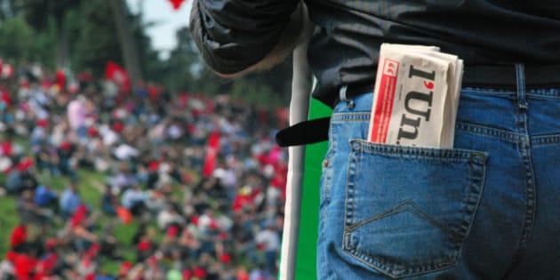 """con l'Unità in tasca e la bandiera del PD. il classico manifestante fedele """"al partito"""" dal PCI al PDS, passando per i DS, arrivando al PD.  la foto è una citazione della <a href=""""http://www.affaritaliani.it/static/upl/uni/unitainterna.jpg"""">discutibile campagna pubblicitaria della nuova Unità di Concita De Gregorio</a>"""