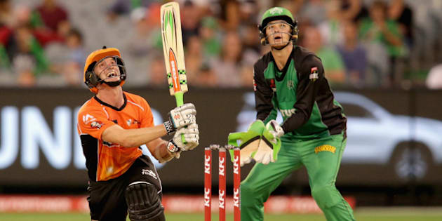 MELBOURNE, AUSTRALIA - JANUARY 22:  Michael Klinger of the Perth Scorchers hits a ball high into the air and his caught on the boundary line by Marcus Stoinis of the Melbourne Stars during the Big Bash League Semi Final match between the Melbourne Stars and the Perth Scorchers at Melbourne Cricket Ground on January 22, 2016 in Melbourne, Australia.  (Photo by Darrian Traynor/Getty Images)