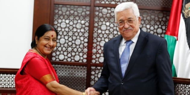 Indian Foreign Minister Sushma Swaraj meets with Palestinian President Mahmud Abbas (R) on January 17, 2016 in the West Bank city of Ramallah. / AFP / ABBAS MOMANI        (Photo credit should read ABBAS MOMANI/AFP/Getty Images)