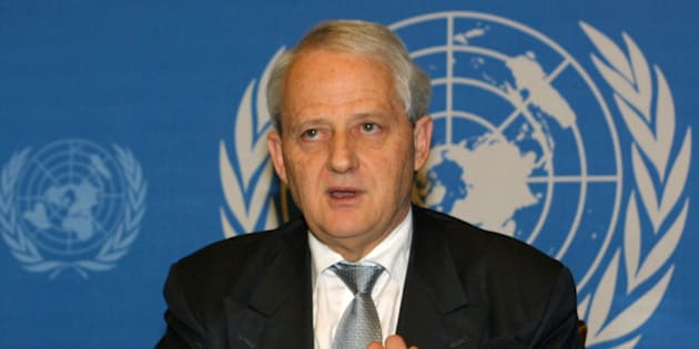 "Australian Immigration Minister Philip Ruddock briefs the press at Geneva, Switzerland, on Wednesday, Dec.12,2001. He said that over the years ""those who seek to misuse and exploit"" asylum have created ""more complex problems that require more sophisticated responses"". (AP Photo/Donald Stampfli)"