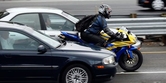CORTE MADERA, CA - OCTOBER 16:  A motorcyclist rides between cars in slow moving traffic on Highway 101 October 16, 2007 in Corte Madera, California. Motorcycle deaths are on the rise in California with 433 deaths in 2006, up from 275 in 2000. Officials estimate that deaths are up another 8 percent this year as sales of powerful motorcycle continue on an upward trend.   (Photo by Justin Sullivan/Getty Images)