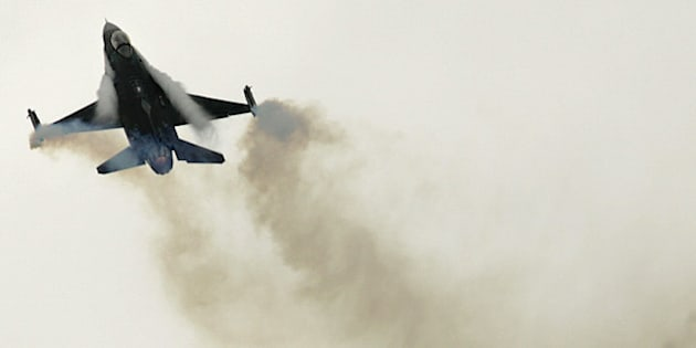 A US Air Force General Dynamic-made F16 jet fighter performs its demonstration flight, at Le Bourget, north of Paris, during the 48th Paris Air Show, Thursday June 18, 2009 .(AP Photo/Remy de la Mauviniere)