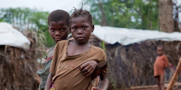 enfants réfugiés le long du fleuve oubangui, à la frontière de centrafrique