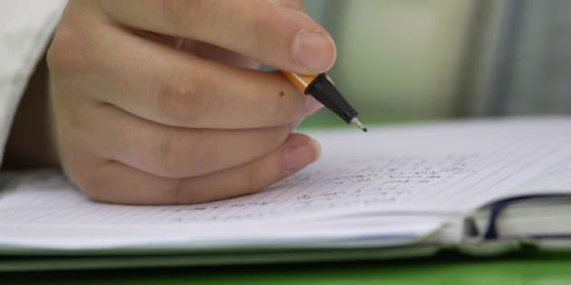 (GERMANY OUT) Hand schreibt in ein Notizbuch   (Photo by snapshot-photography/ullstein bild via Getty Images)